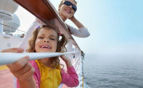 Mutter und Tochter auf Reisen auf dem Kreuzfahrtschiff