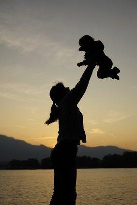 Mutter wirft Kind in die Luft - Sonnenuntergang