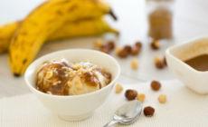 Selbst gemachte Nicecream aus Bananen und Nüssen