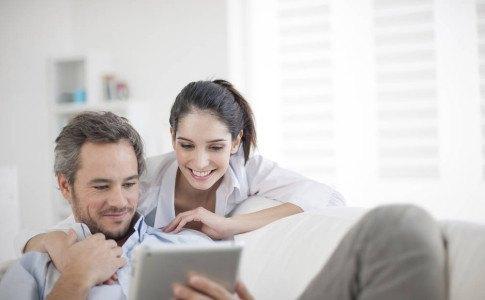 Paar liest Newsletter auf dem Tablet