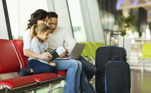 Paar mit Kind am Flughafen