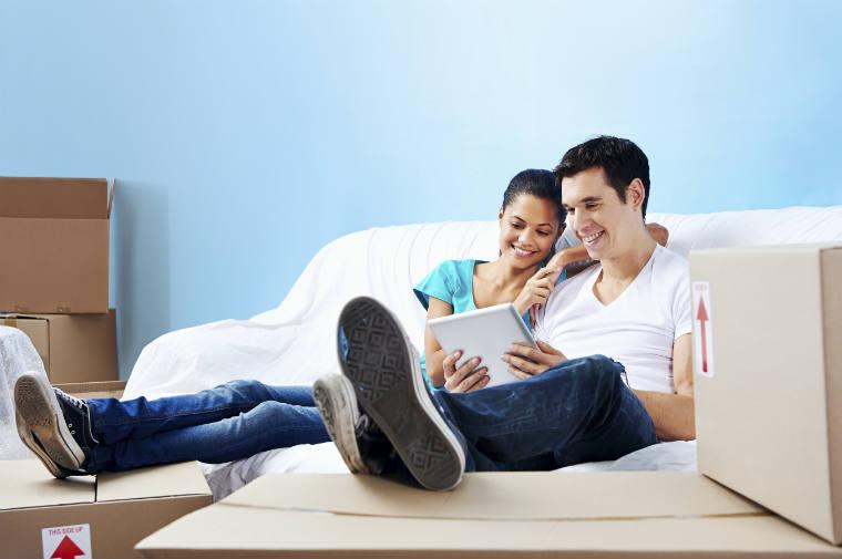Paar macht Online-Banking auf dem Tablet