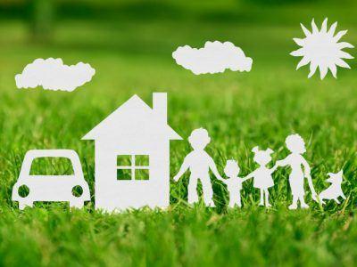 Familie mit Haus und Auto als Papierschnitt