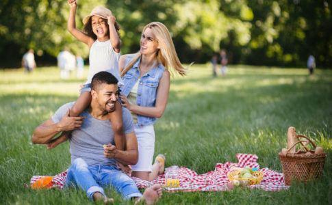 Familien Picknick mit Kind im Park