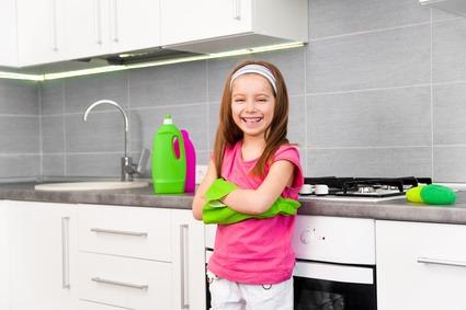 Damit Kinder bei der Hausarbeit mit aktiv werden, lohnt sich ein Haushaltsplan