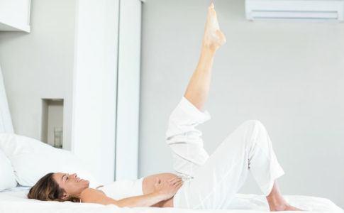 Frau macht Gymastik nach Entbindung