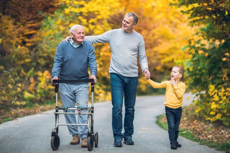 Opa, Papa & Sohn gehen spazieren