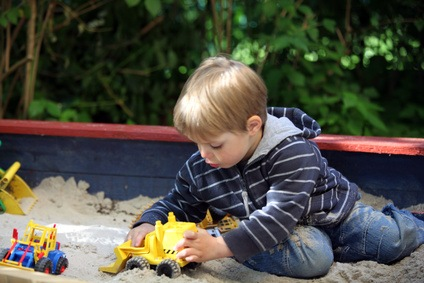 Sandkisten und Schaukeln bereichern jeden Garten für die Kinder