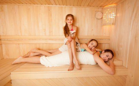 Familie in der Sauna