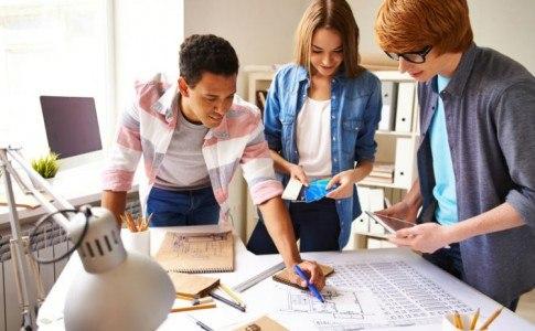 Schüler arbeiten zusammen