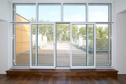 Eine Schiebetür aus Glas in Richtung Terrasse.