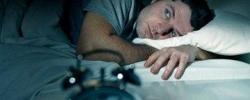 Mann in Bett