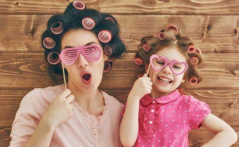 Mutter und Tochter mit Lockenwicklern im Haar