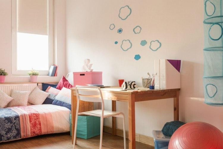 Schreibtisch in hellem, freundlciehn Kinderzimmer