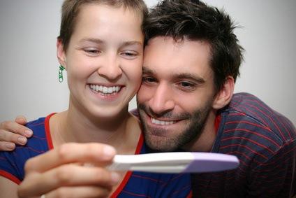 Paar testet einen Schwangerschaftstest
