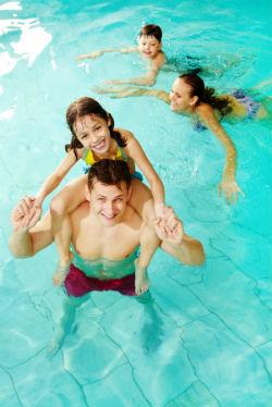 Familie beim Schwimmen