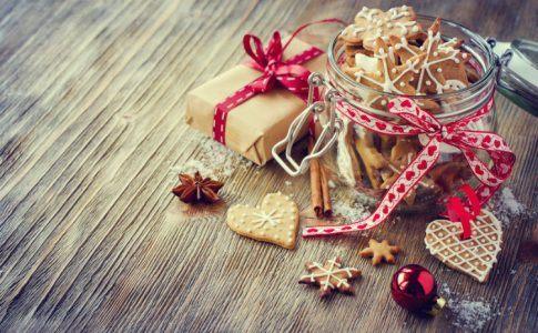 Plätzchen auf einem Tisch als Geschenk