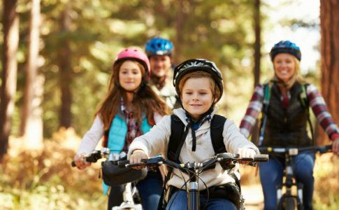 Bild zeigt Familie beim sicheren fahrradfahren