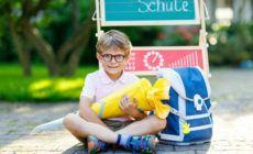 Kind freut sich über Schultüte bei Einschulung