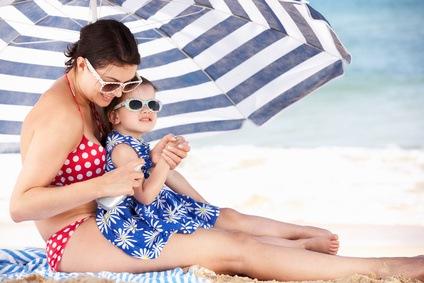 Der richtige Sonnenschutz ist sehr wichtig für das Wohlbefinden des Kindes