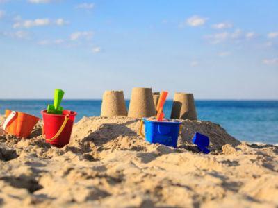 Von Kindern gebaute Sandburgen am Strand