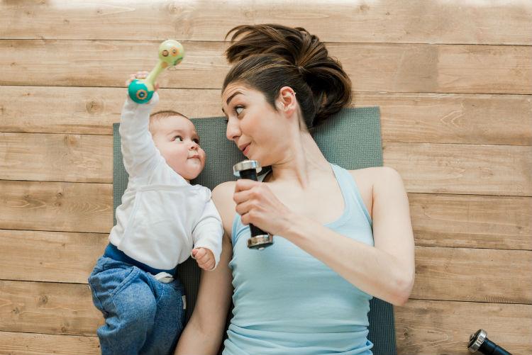 Mutter macht nach der Schwangerschaft Sport mit Ihrem Baby