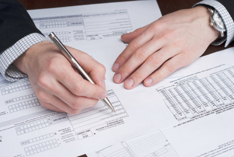 Mann schreibt Steuererklärung