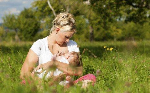 Eine Mutter stillt ihr Kind.