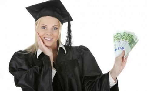 Studentin mit Geld in der Hand