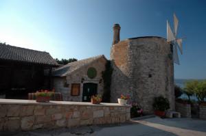 Taverne auf Brac in Kroatien mit blauem Himmel