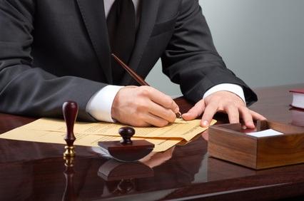 Bei der Abgabe des Testaments sollte ein Notar aufgesucht werden