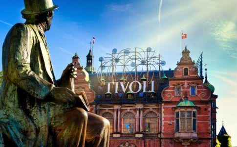 Tivoli Gärten in Kopenhagen mit der Statur von H.C. Anderesen davor
