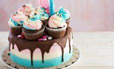 Bunte Torte mit Cupcake und Schoko-Verzierung
