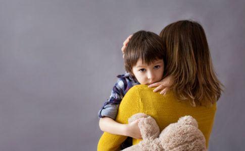 Mutter, die ihr Kind festhält