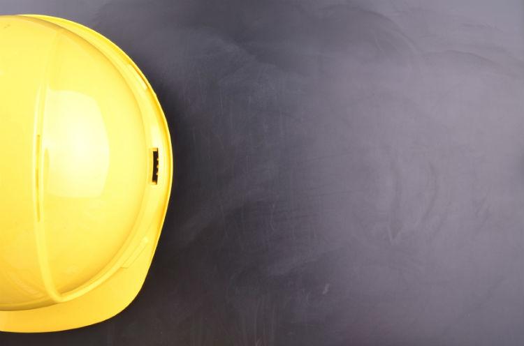 gelber Helm auf dunklem Untergrund