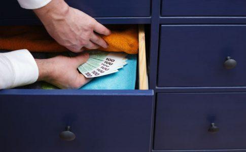 Verstecktes Geld im Schrank