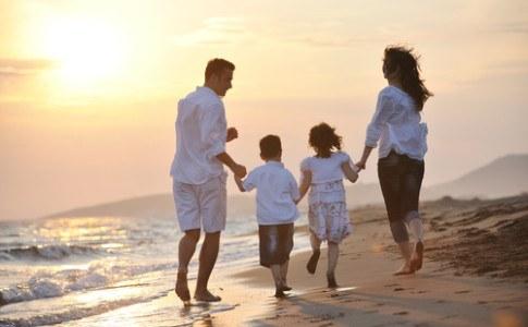 Eine Familie am Strand hat Ihren Urlaub gut geplant