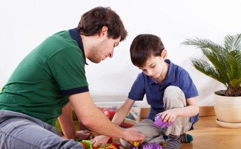 Ein Vater in der Vaterzeit mit seinem Kind.