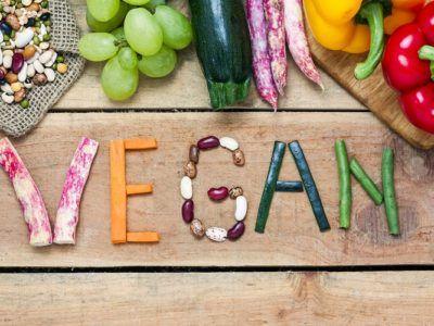 Schriftzug vegan mit Gemüse gelegt