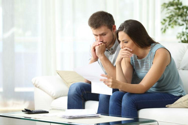 Ein Paar informiert sich über Versicherungen