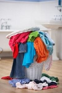 Wäschekorb mit bunter Wäsche