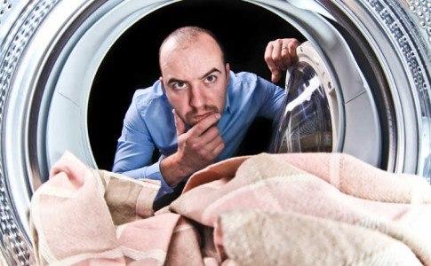 Porträt eines Mannes Sicht aus dem inneren einer Waschmaschine
