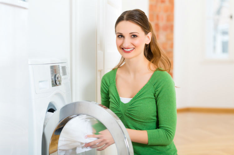 Frau gibt Wäschetrockner Tipps