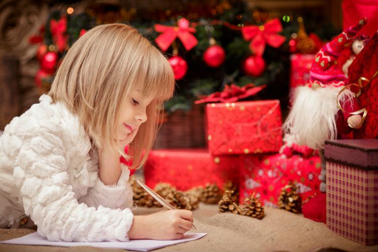 Mädchen schreibt ein Weihnachtsgedicht auf