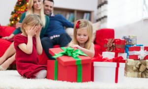 Kinder packen Weihnachtsgeschenke aus
