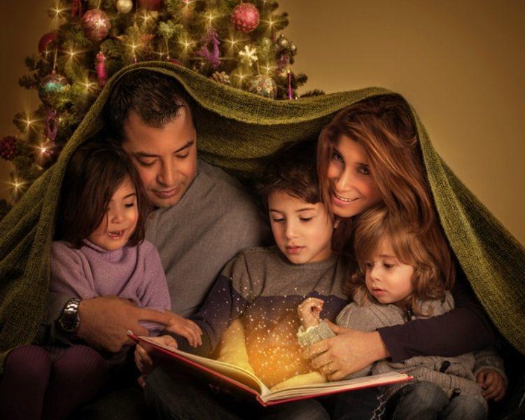 Familie liest gemeinsam ein Weihnachtsmärchen