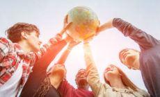 Menschen die glücklich eine Welt hochhalten