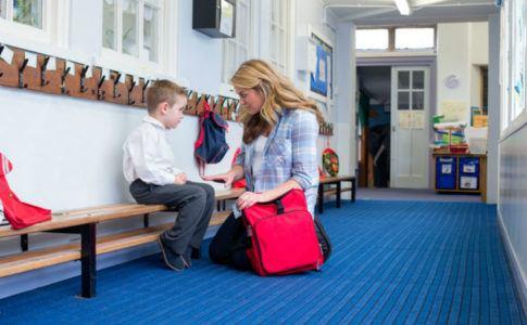 Mutter bringt ihren Sohn in den Kindergarten