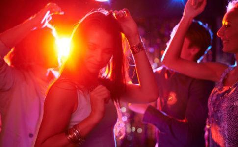 Teenager die in der Disco feiern