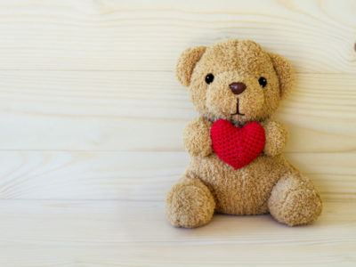 Teddybaer der ein Herz haelt